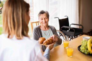 camera maintien domicile senior prendre aide menagere