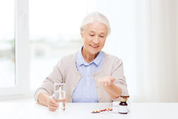 accompagner senior medicament camera surveillance
